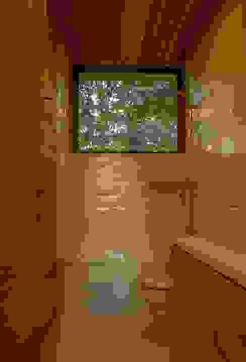 Baño Visitas Baños de estilo moderno de PhilippeGameArquitectos Moderno Azulejos