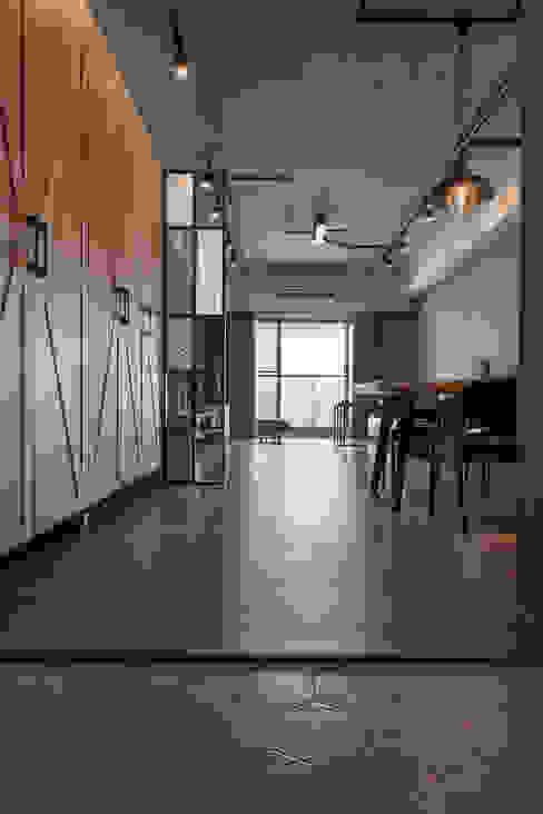 Pasillos, vestíbulos y escaleras industriales de 詩賦室內設計 Industrial