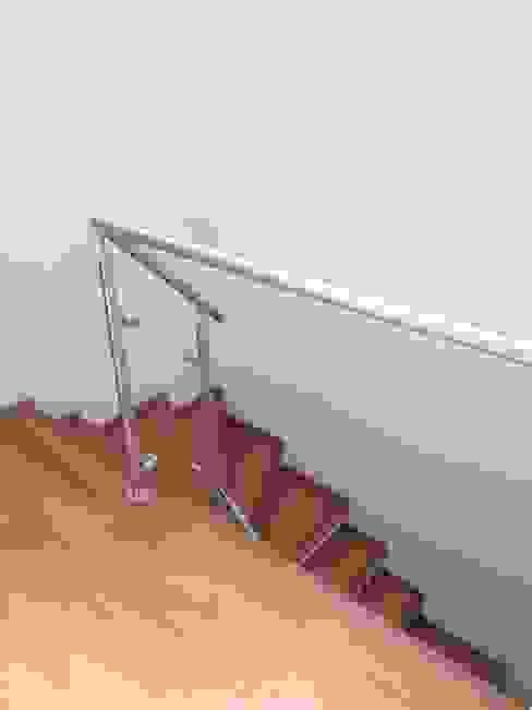 Escalera con laminado de madera de Erick Becerra Arquitecto Moderno Compuestos de madera y plástico
