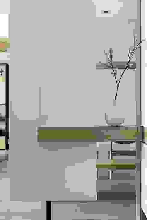 Pasillos, vestíbulos y escaleras de estilo escandinavo de 詩賦室內設計 Escandinavo