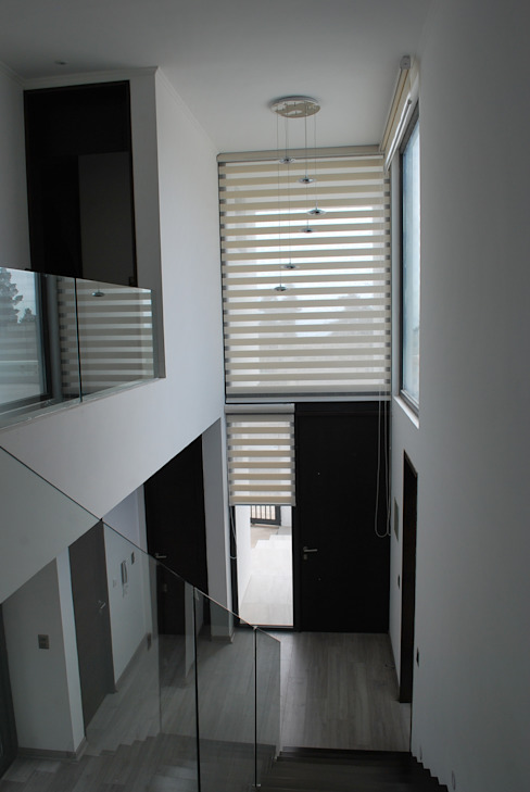 Pasillos, vestíbulos y escaleras modernos de DARQ studio Moderno