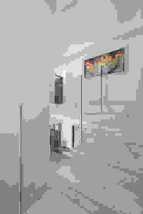 Hallway Deborah Garth Interior Design International (Pty)Ltd Minimalist corridor, hallway & stairs Marble White