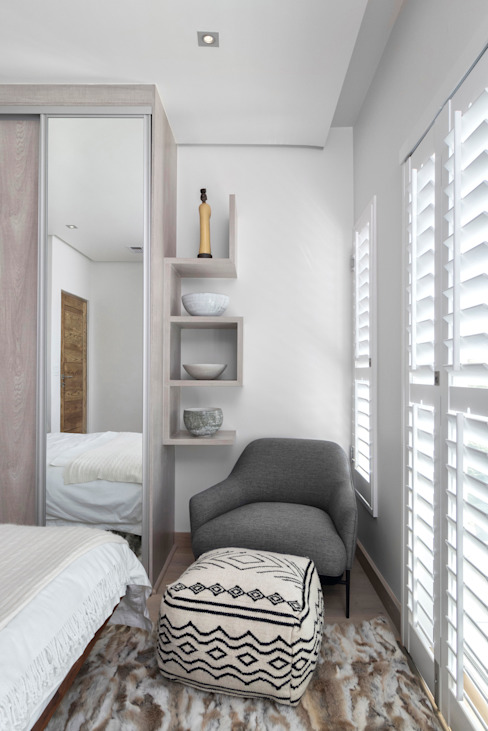 Guest Bedroom by Deborah Garth Interior Design International (Pty)Ltd Minimalist Wood Wood effect