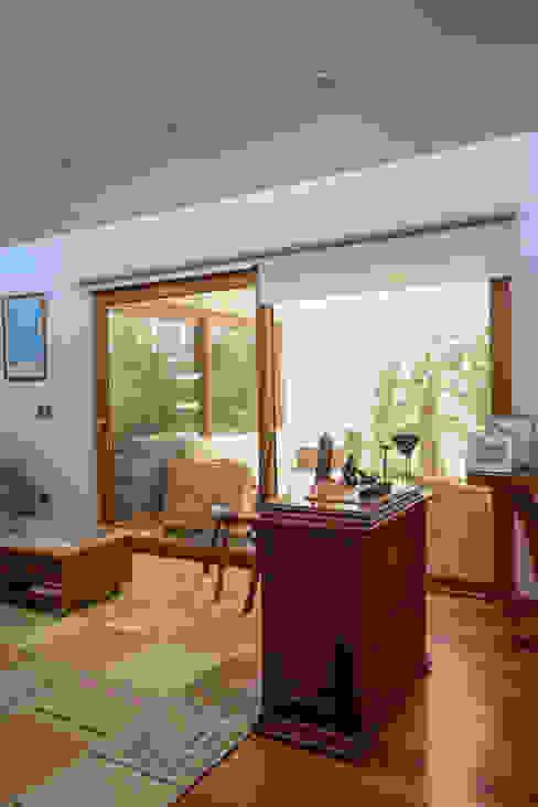 Гостиная в стиле модерн от Arqbau Ltda. Модерн Дерево Эффект древесины