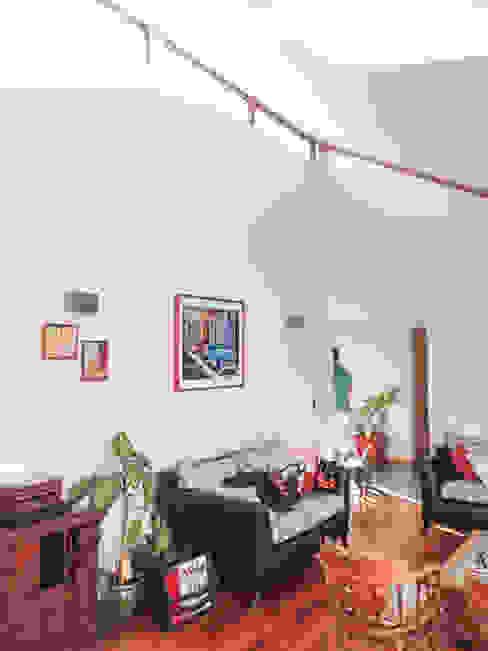 Living con doble altura Livings de estilo moderno de Arqbau Ltda. Moderno Madera Acabado en madera