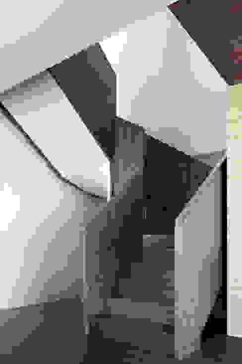 三本王府21+22樓:  樓梯 by WID建築室內設計事務所 Architecture & Interior Design, 現代風