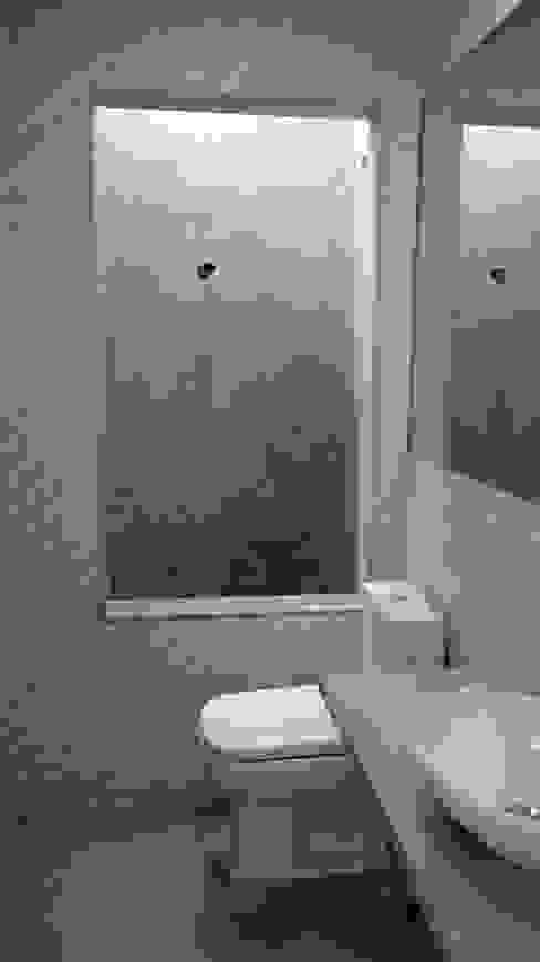 Salle de bain moderne par Margareth Salles Moderne Béton