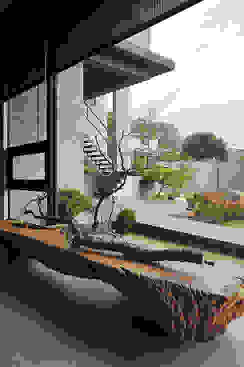 Salas / recibidores de estilo  por 黃耀德建築師事務所  Adermark Design Studio,