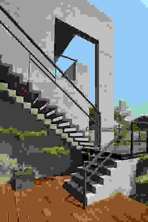 Escaleras de estilo  por 黃耀德建築師事務所  Adermark Design Studio,