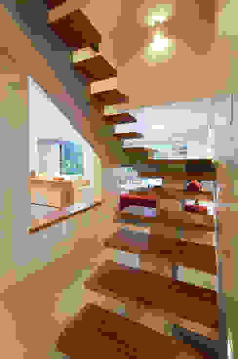 di Bernal Projetos - Arquitetos em Salvador Moderno Legno Effetto legno
