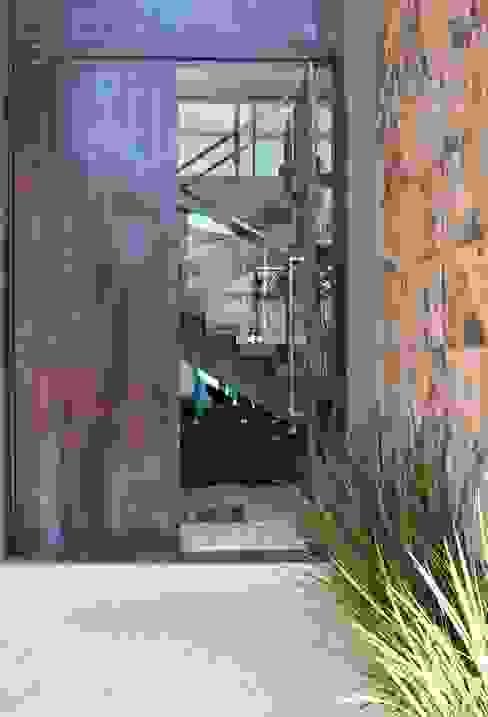 Acesso principal - Residência MA:   por BEZZON Arquitetura,