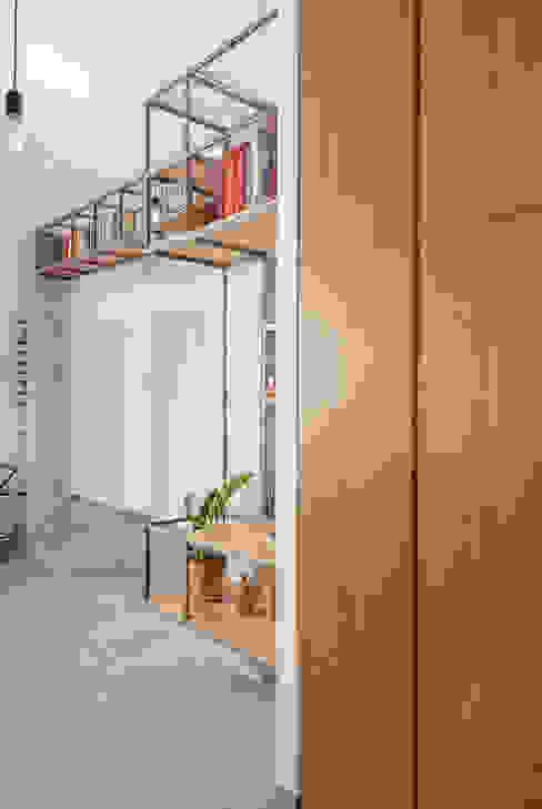 Pasillos y vestíbulos de estilo  por manuarino architettura design comunicazione, Industrial Madera Acabado en madera