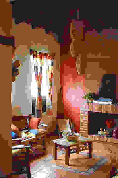 sala con chimenea Livings de estilo rústico de Orlando Quiñones Rústico Ladrillos