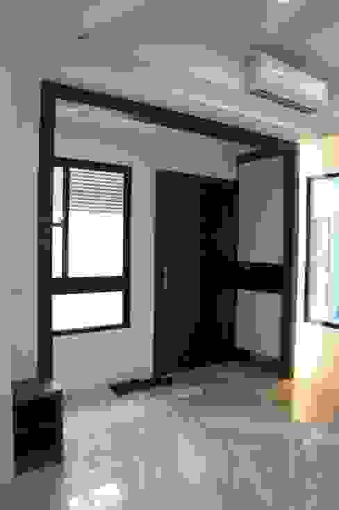 室內玄關區 houseda Eclectic corridor, hallway & stairs Plywood Black