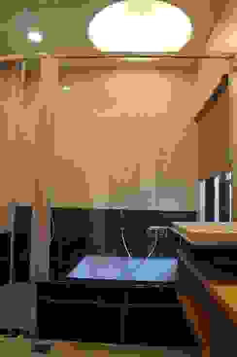 1F泡湯池 houseda Eclectic style bathroom Tiles Black