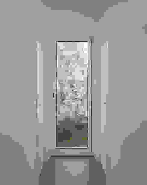 Casa en La Murta tambori arquitectes Pasillos, vestíbulos y escaleras de estilo mediterráneo Blanco