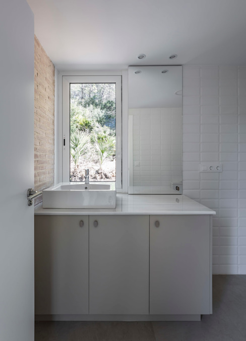 Home in Alzira tambori arquitectes Mediterranean style bathrooms White