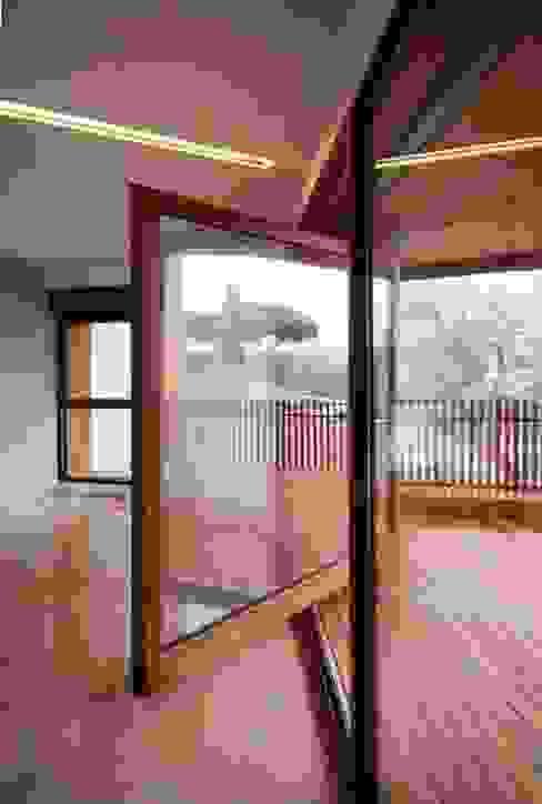 Porta Pivotante e Deck de madeira: Janelas e portas  por AL Interiores,