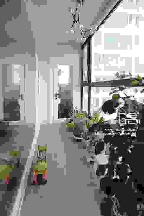 대구 수서동 롯데캐슬 52평형 모던스타일 발코니, 베란다 & 테라스 by 남다른디자인 모던