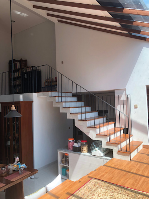 Yasmin House Renovation SAE Studio (PT. Shiva Ardhyanesha Estetika) Balkon, Beranda & Teras Modern