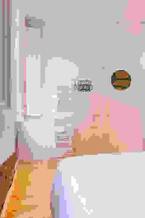 Suite A Quartos escandinavos por IAM Interiores Escandinavo
