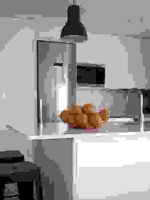 Cocina con isla Cocinas de estilo moderno de Reformmia Moderno