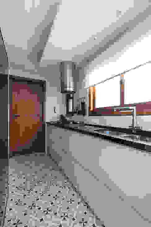 Mobiliário com Puxador Cava por Rabisco Arquitetura Moderno MDF