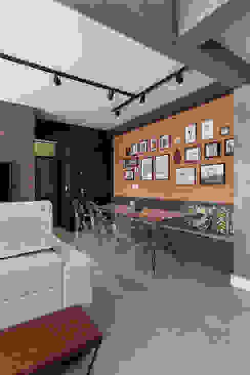 Entrada do Apartamento Salas de jantar rústicas por Rabisco Arquitetura Rústico Tijolo