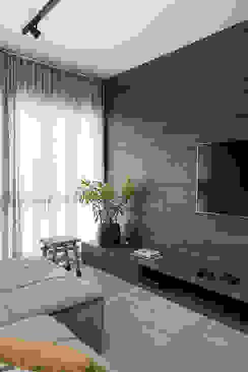 Plano contínuo Salas de estar modernas por Rabisco Arquitetura Moderno MDF