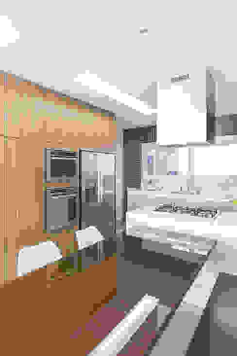 Mesa e Ilha Cozinhas modernas por Rabisco Arquitetura Moderno MDF