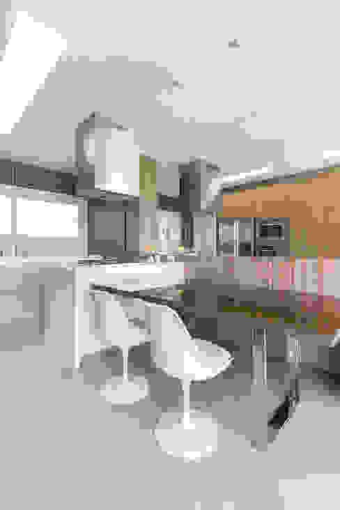Mesa Cozinhas modernas por Rabisco Arquitetura Moderno Vidro