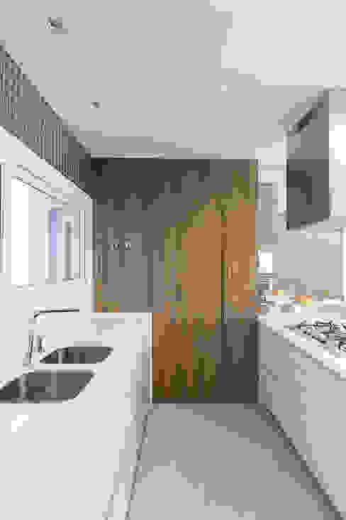 Bancada e Ilha Cozinhas modernas por Rabisco Arquitetura Moderno MDF