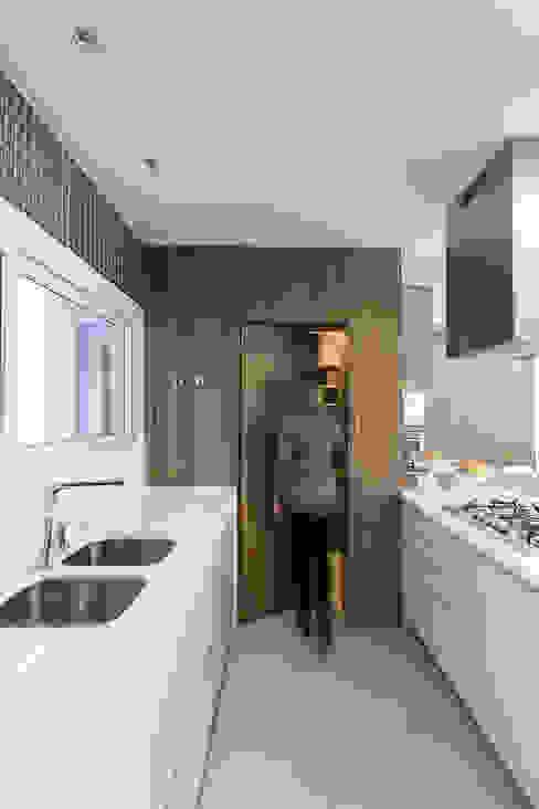 Acesso mimetizado Cozinhas modernas por Rabisco Arquitetura Moderno MDF