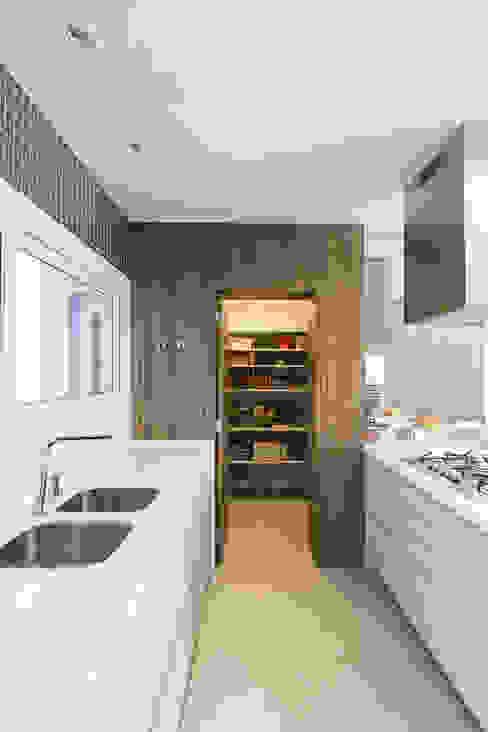 Despensa Cozinhas modernas por Rabisco Arquitetura Moderno MDF