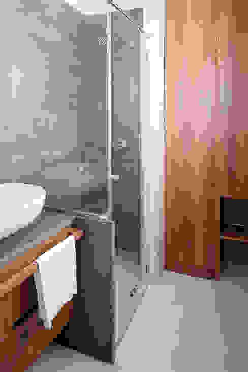 Bagno con doccia Bagno minimalista di manuarino architettura design comunicazione Minimalista Legno Effetto legno