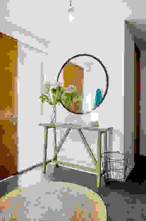 Pasillos y recibidores de estilo  por Klover