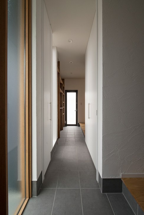 Modern Corridor, Hallway and Staircase by yuukistyle 友紀建築工房 Modern