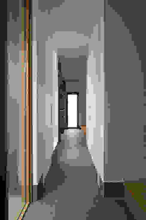 Pasillos, vestíbulos y escaleras de estilo moderno de yuukistyle 友紀建築工房 Moderno