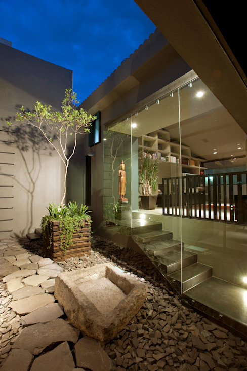 Vista nocturna de Patio central Paola Calzada Arquitectos Jardines de piedra Piedra Gris
