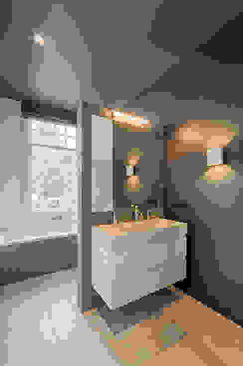 moderne en stijlvolle badkamer:  Badkamer door StrandNL architectuur en interieur,