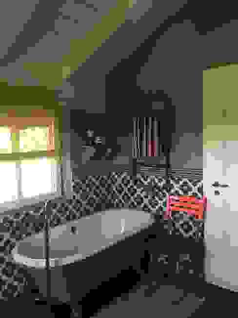 Romantisches Kunden-Bad mit der freistehende Nostalgie-Badewanne Manchester Maxxwell AG Klassische Badezimmer Eisen/Stahl Grün