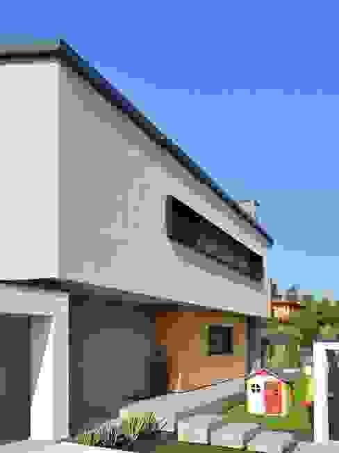 Villa in legno moderna a Flero (Brescia): Villa in stile  di Marlegno, Minimalista Legno Effetto legno