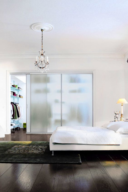 Begehbarer Kleiderschrank - transparente Glasschiebetür T + T Design GmbH Moderne Ankleidezimmer Glas Transparent