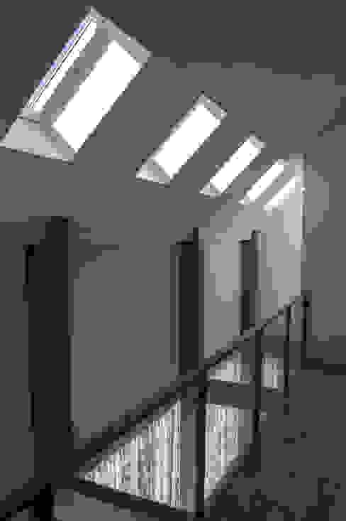 Pasillos, vestíbulos y escaleras modernos de Nico Dekker Ontwerp & Bouwkunde Moderno