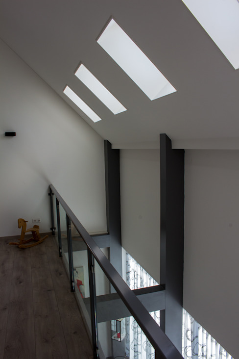 Moderne duinwoning in Castricum Moderne gangen, hallen & trappenhuizen van Nico Dekker Ontwerp & Bouwkunde Modern