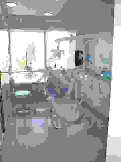 Box dental desde sala de espera de Arqsol Moderno