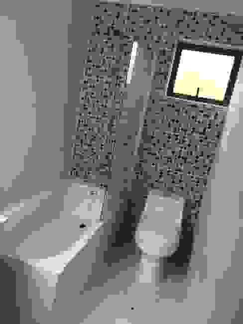 Baño de niños del segundo nivel Baños de estilo moderno de Arqsol Moderno