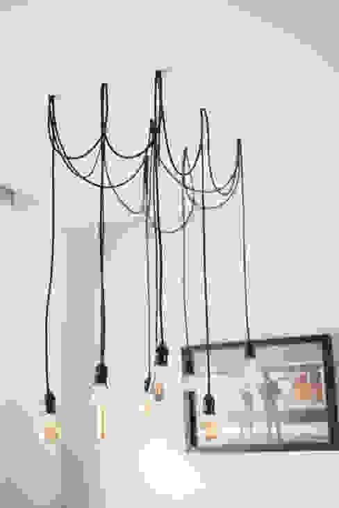 Lampu Gantung:  Dining room by FIANO INTERIOR