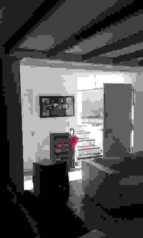 Pasillos y vestíbulos de estilo  de DIEGO ALARCÓN & MANUEL RUBIO ARQUITECTOS LIMITADA, Moderno
