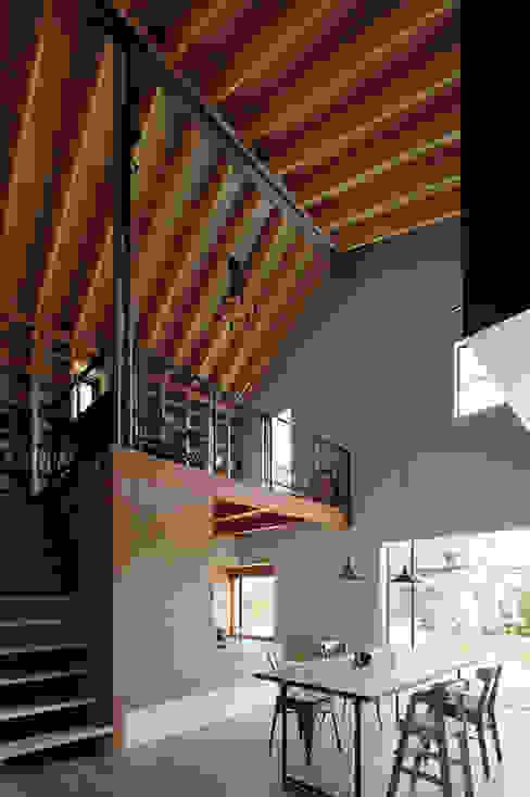 TabHouse: 稲山貴則 建築設計事務所が手掛けたダイニングです。,インダストリアル 木 木目調